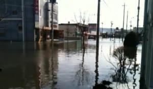 震災当時の水没した社屋周辺風景